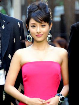 ピンクのドレス姿がかわいい石原さとみ.jpg