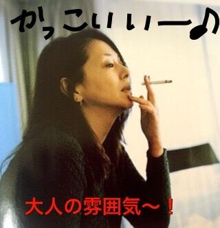 たばこを吸っている小泉今日子.JPG