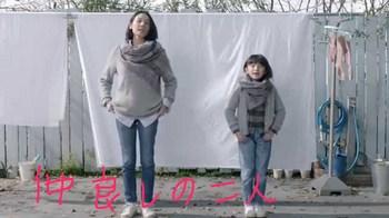 仲良く洗濯する吉田羊と鈴木梨央.JPG